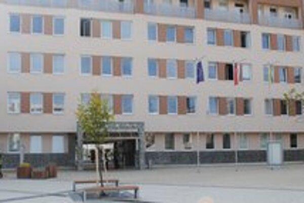 Mesto Snina. Za zastupovanie v súdnom spore so Sukmontom Teplo v konkurze platí mesto externej advokátskej kancelárii.