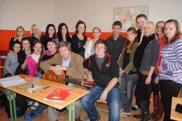 Michal Kurty. Na hodiny slovenčiny chodí s gitarou.