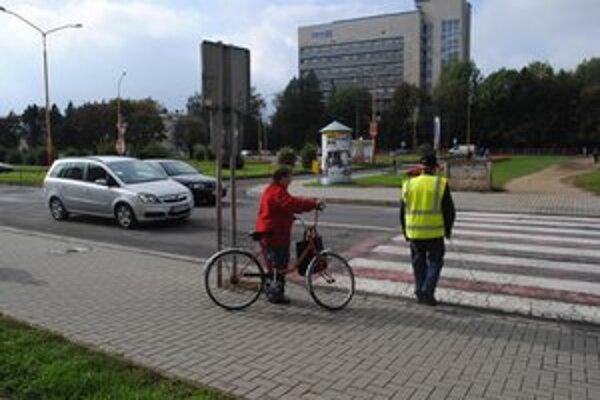Figurant. Jozef Bučko bol kvôli bezpečnosti okrem bielej palice vybavený aj reflexnou vestou.