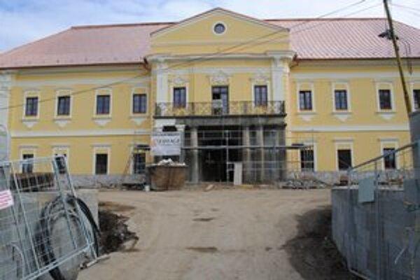 Stavbári sú s prácami na obnove sninského kaštieľa v predstihu.