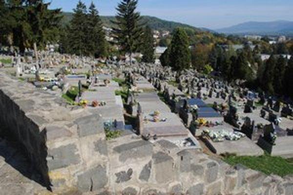Humenský cintorín. Na zvýšený nápor návštevníkov je pripravený.