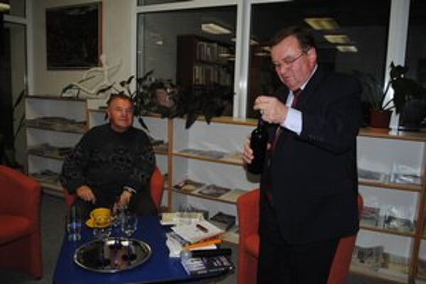 Rodák a pristaš. Básnik Michal Chuda (vpravo) uviedol do života knihu Pristaš najslávnejšieho papínskeho pristaša Milana Zelinku.