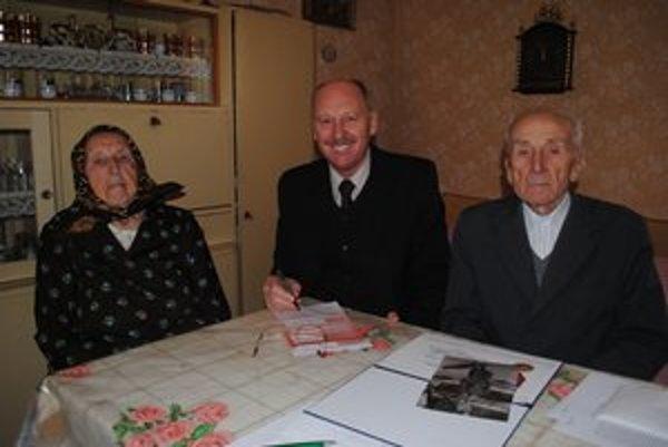 S rodinou. Jubilant Ján Kormucik s manželkou Máriou a synom Jánom.