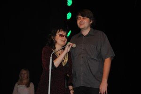 Vierka Petrovčinová s Michalom Hercegom. Spoločne konferovali prvý benefičný koncert únie nevidiacich v Humennom.