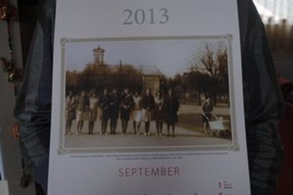 Kamenické dievčatá. Po dedine spievajú pieseň Hoja ďuňďa. Fotografia pochádza z roku 1964.