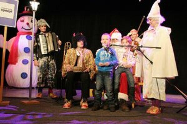 Mikuláš potešil deti rozprávkou. Deti museli zaspievať či zarecitovať.