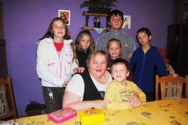Pani Gabriela s deťmi. Na snímke zľava Simona, Diana, Kristína, Dominik a Šimon. Najmladší Martinko sedí pri mame. Dvojčatá Jakub a Lukáš boli v škole.