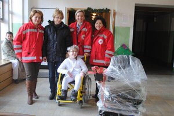 Janka Kmecová s mamou. Zástupcovia humenského územného spolku SČK jej odovzdali elektrický invalidný vozík priamo na vianočnej besiedke.
