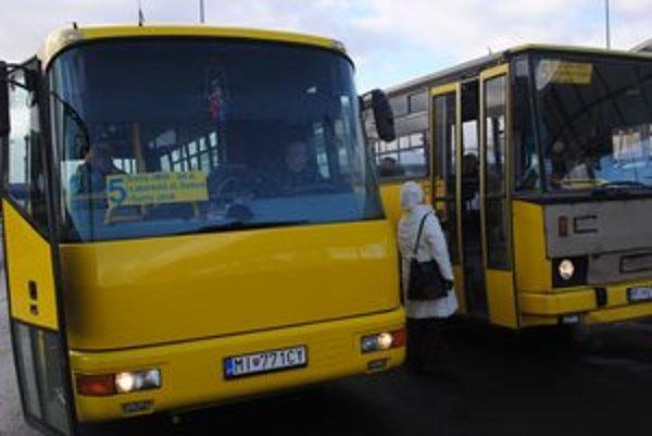 Nový dopravca. V Humennom prevádzkuje MHD spoločnosť M. K. Trans. V najbližších dňoch v uliciach označí miesta svojich zastávok.