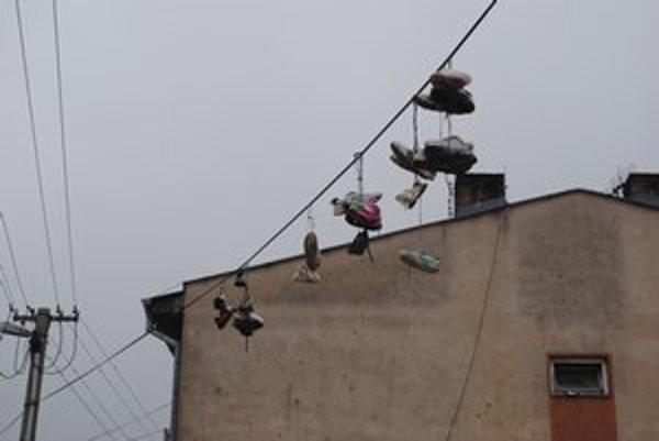 Vysoko nad zemou. Niekoľko párov tenisiek sme našli na vedení v osade Podskalka.