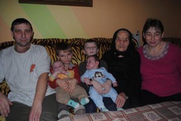 Jana a Peter Šuľákovci. S deťmi Adriánom, Lukášom, Stelou a Matúšom. Na snímke je aj prababka Anna Ondarčová.