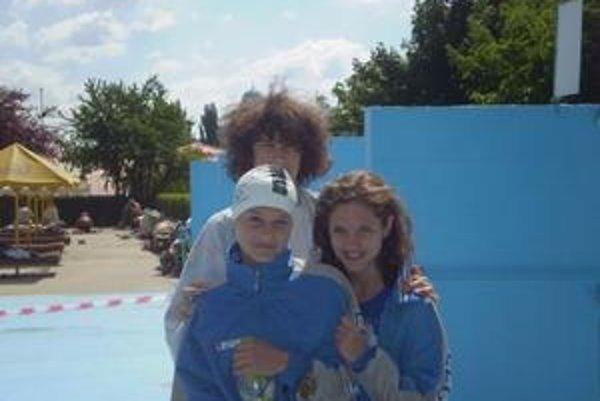 Dievčatá (zľava) Adriana Karnajová, Dominika Levická, za nimi Martin Babjak.