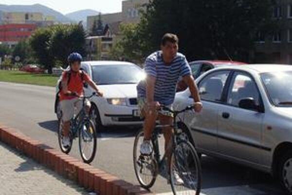 Ktoré ešte nedovŕšili vek 15 rokov, musia nosiť cyklistické prilby aj v meste či obci. Deti do 10 rokov musia jazdiť len v sprievode osoby staršej ako 15 rokov.
