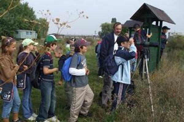 Pozorovanie. Deti sprevádzal ornitológ Samuel Pačenovský. Na ďalekohľad neváhali vystáť rad.