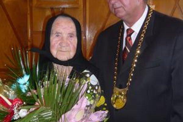 Jubilantka. Pani Paulína Boňková so starostom Udavského Tomášom Pastirákom. Sto rokov sa dožila ako vôbec prvá v obci.