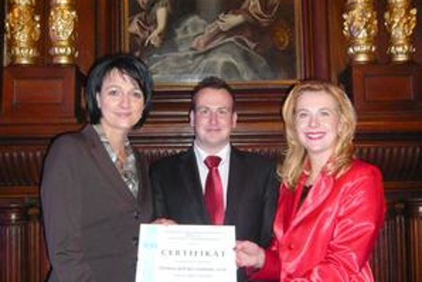 Slávnostné odovzdanie. Certifikát kvality odovzdal Michal Rückschloss konateľkám Zuzane Fabiánovej (vľavo) a Gabriele Hrisenkovej.
