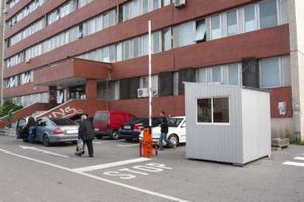 Na pohotovosť už netreba chodiť do areálu nemocnice. Nájdete ju v pôvodných priestoroch. Od 28. novembra pri tejto búdke zaplatíte za parkovanie.