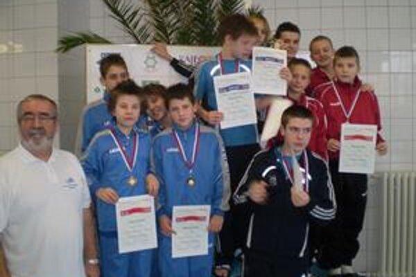 Štafeta. Úspešná humenská štafeta (vľavo) vyplávala bronzový kov na 4 x 50 m polohové preteky. Štvoricu tvorili Filip Levický, Adam Tóth, Matej Micikaš a Tibor Hodbod.