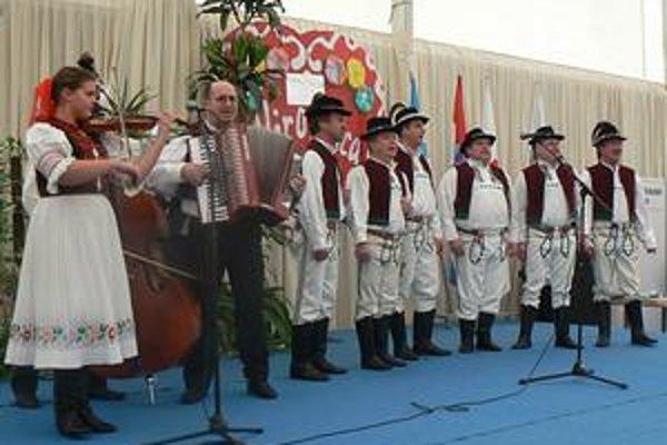 Dobré meno. Humenskí folkloristi vChorvátsku priblížili zemplínsky folklór. Od slovenského veľvyslanca vChorvátsku Romana Supeka dostali oficiálne poďakovanie.