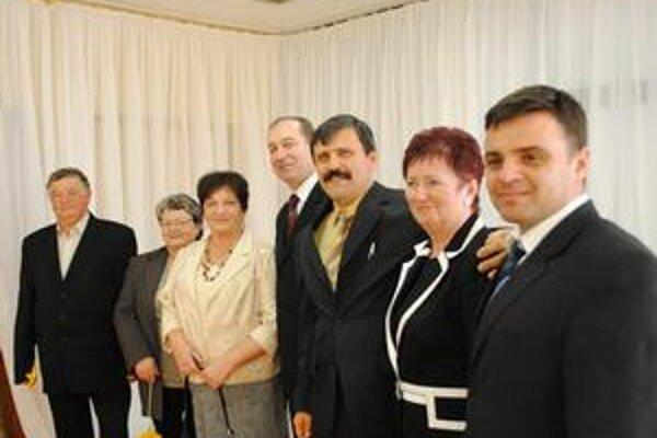 Dohodli sa na spolupráci. Delegáciu s Maďarska privítal primátor Vladimír Kostilník (štvrtý sprava), viceprimátorka Mária Cehelská (druhá sprava). Sprevádzal ju Jozef Šalata, riaditeľ ZŠ. J. Švermu (prvý vpravo).