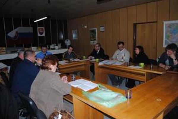 Poslanci Kochanoviec rozhodli, že pozemok za mostom cez Laborec nepredajú, ale sa budú snažiť využiť ho na športovo-rekreačné účely obyvateľov.