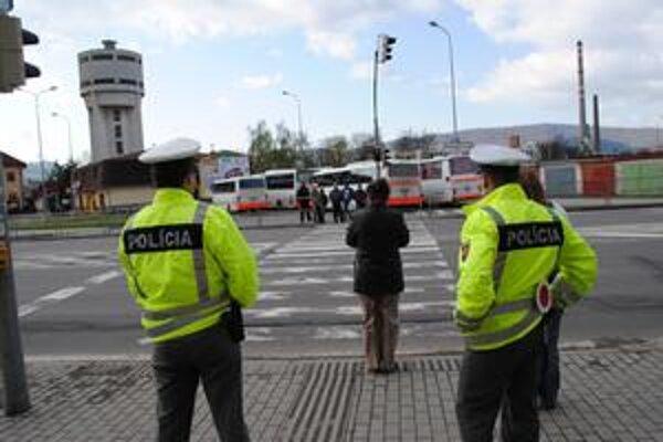 Vzorovo. Tak sa chovajú chodci aj vodiči, ak na ceste alebo chodníku stoja policajti. Čo sa však často deje, ak nie sú nablízku...?