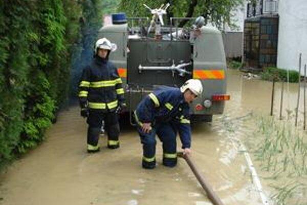 Čerpadlá boli nonstop v prevádzke. Riaditeľ humenských hasičov P. Tričák podotýka, že by ich mali mať v každej obci.