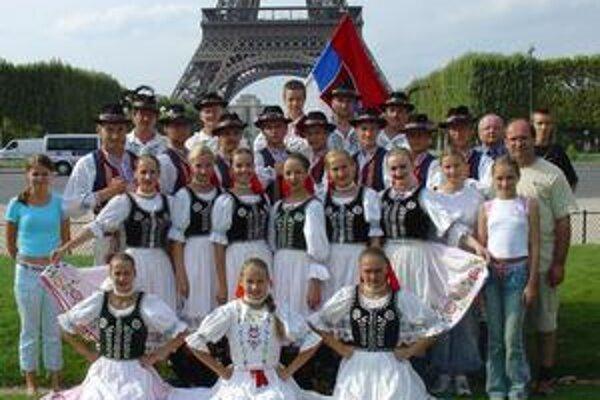 Naši folkloristi. Títo mladí a sympatickí ľudia nás budú reprezentovať vo Francúzsku.