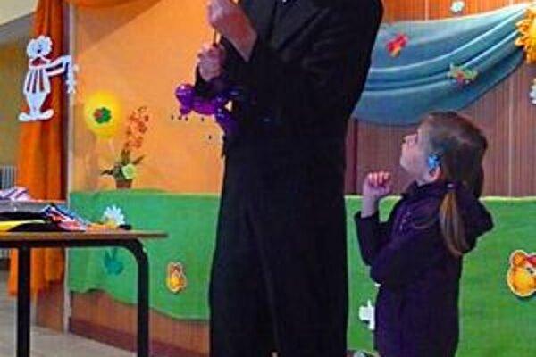 Kúzelník Peter. Deti prekvapoval a výborne zabával.