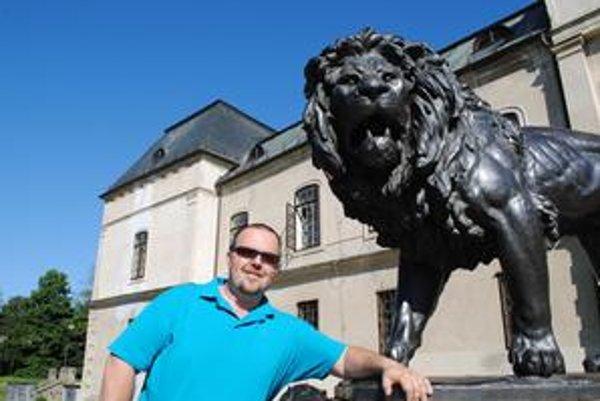 Martin Harasim - Humenčan, ktorý vyhral pobyt na Majstrovstvách sveta vo futbale v Juhoafrickej republike. Leva v pozadí si vybral z recesie. Jednak ako istý symbol mesta, africké zviera a reagoval tým na našu informáciu, že v JAR ich vraj žije najviac na