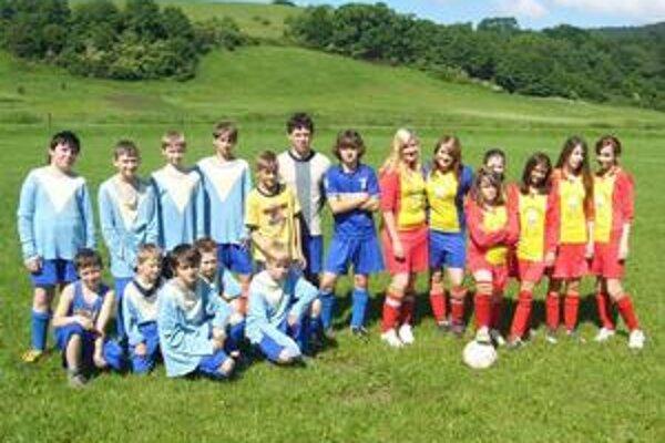 Bacha na ne! Dievčatá z Kamienky sa predviedli ako skvelé futbalistky. Ba čo viac - v kopaní jedenástok porazili chlapcov.
