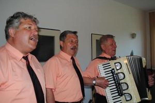 Humenské spevácke trio. Zľava Michal Sijka, Jozef Ovšianik a Ivan Mihalič.