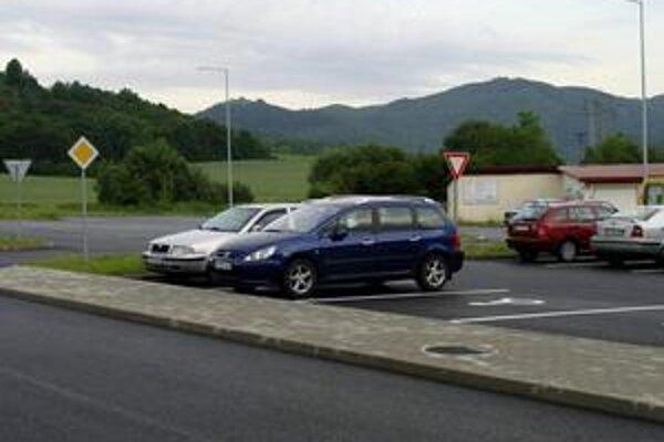 Nové parkovisko ostáva aj o ôsmej hodine večer takmer opustené.