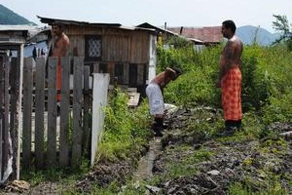 Provizórny rigol. Takto ešte v sobotu kopali chlapi z osady Podskalka rigol. Druhý deň po búrke sa ešte stále napĺňal vodou z úpätia Sokoleja.