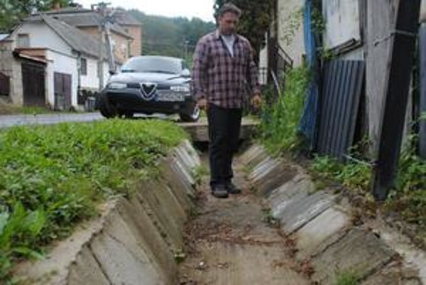 Neskutočná drzosť. Firma, ktorá mala opraviť priekopy v Kochanovciach, použila rovnaký trik ako tá pred ňou na potoku. Staré betónové tvárnice vybrali, umyli a položili späť. Na papieroch sú však tiež všetky nové.