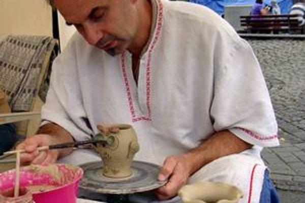 Jano Kolbása. Keramike sa venuje takmer tridsať rokov. S čínskymi výrobkami v supermarketoch nebojuje. Obchoduje len s malými predajňami.