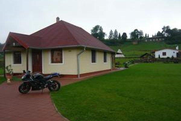 Jožko Oráč namaľoval obraz pred dvadsiatimi rokmi. Sníval o takomto domčeku pod Vihorlatskými vrchmi. Sen sa mu splnil.