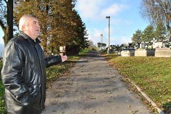 Nový cintorín. Ján Fink hovorí, že umožnia, aby zdravotne postihnutých alebo starých ľudí vyviezli ich príbuzní hore k hrobom autami. Oddýchnuť sa bude dať aj na lavičkách.