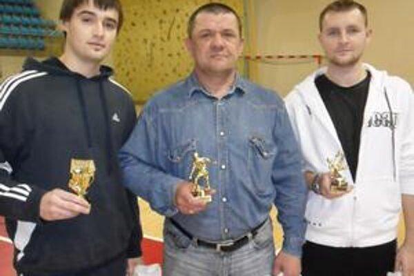 Najlepšia trojica. Zľava Roman Volosjuk (brankár), Pavol Diňa (hráč) a Ladislav Lukáč (strelec).