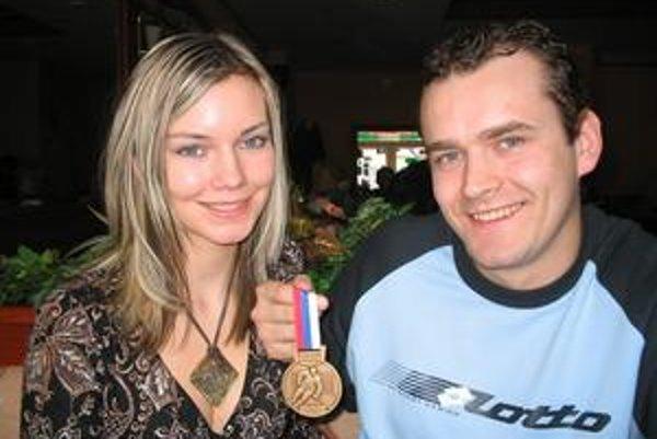 Manželia. Veronika a Marcel s bronzovou medailou sezóny 2007/2008.