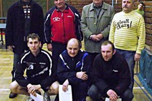 Účastníci turnaja. Horný rad usporiadatelia, dolný rad zľava Martin Gumáň ml., Peter Poľa, Imrich Drábik.