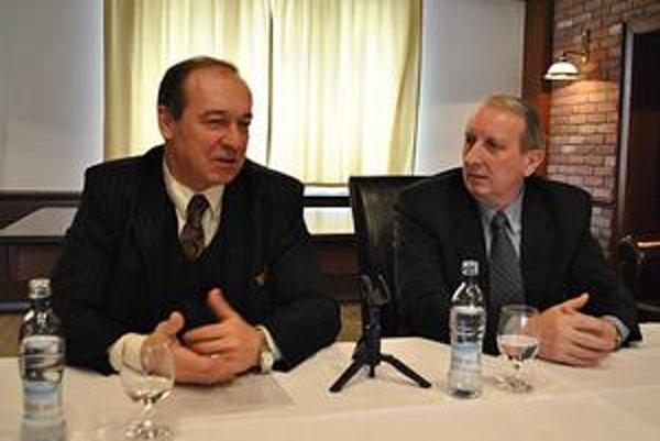 """Kvôli obvineniam zvolali tlačovku. """"Je dôležité, aby sme obhájili prácu zamestnancov úradu,"""" zhodli sa exprimátor Vladimír Kostilník (vľavo) a exprednosta mestského úradu Anton Klamár."""