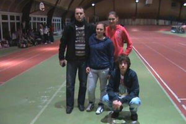 Humenskí atléti. Zľava tréner Marek Lučka, Petra Hromuľáková, Anna Dzyublyuk, v podrepe Dominik Lučka.
