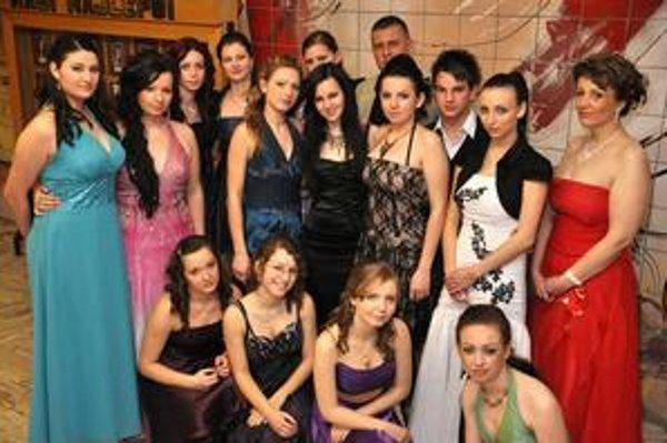 Spoločníci študentskej spoločnosti Enterprisers. Pokračovali v tradícii Valentínskeho plesu. Oporu našli aj u svojej triednej učiteľky B. Kužmovej.