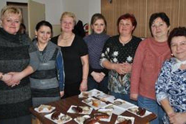 V kuchyni sa dobre varilo. Zľava: predsedníčka miestnej organizácie Únie žien Oľga Mastiľáková, Anna Blahová, Mária Párová, Silvia Čurillová, Eva Griščíková, Mária Pľutová a Magda Vrzáňová.