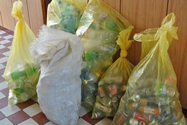 """""""Darčeky"""" obci. Neželaný odpad spod Ľachovej Rovňania takto vytriedia a platia za jeho vývoz. Na snímke sú odpadky, ktoré vodiči vyhodili za približne 10 až 14 dní."""