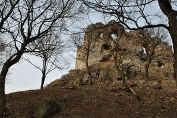 Hrad Brekov. Tohtoročná zima dala hradným múrom zabrať. Nie je vylúčené, že pri silnejšom vetre na vás zletí kameň z hradu až do tejto vzdialenosti.