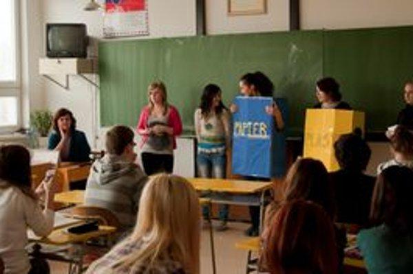 Názorne predviedli. Gymnazistky spolužiakom ukázali, kam správne patria odpadky.