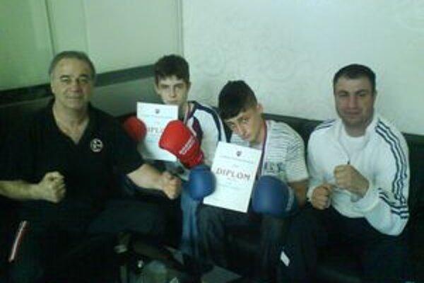 Tvrdí chlapi. Box club CVČ Dúha Humenné. Zľava Jaroslav Macko (tréner), zverenci Miroslav Revťák i Patrik Bobela a tréner Ján Futrikanič.