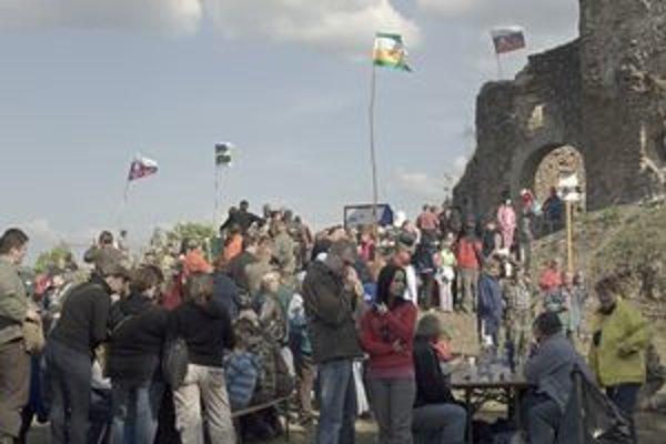Hradné nádvorie. Nad hlavami návštevníkov viali vlajky oboch obcí aj slovenská zástava.